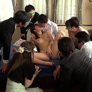 Jav Miki Sunohara menghisap dan Seks Mulut di Dubur sementara saksi penonton