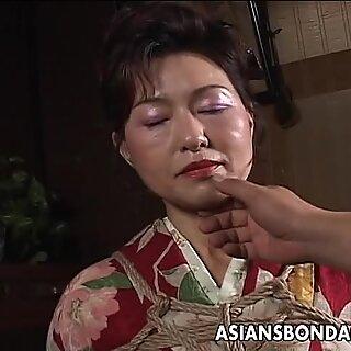 Ázsiai érett ribancnak kötelet kell tartania