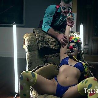 Toughlovex Violet Starr laisse Jokerx farquer sa chatte