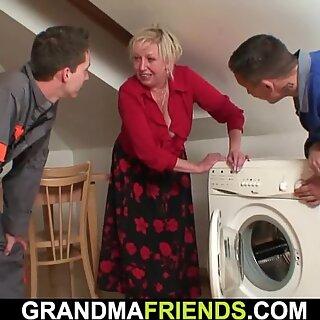 Store yver blond bedstemor rider og suger på samme tid