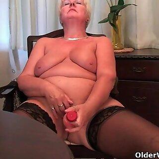 英国人和全面的图奶奶桑迪手淫与人类阴茎
